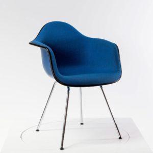 Vitra Eames Plastic Armchair DAX mit Vollpolster, neue Höhe, blau/moorbraun