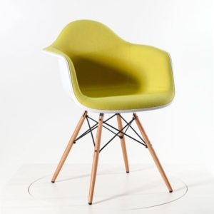 Vitra Eames Plastic Armchair DAW mit Vollpolster gelb/lindgrün - Gestell Esche Honig