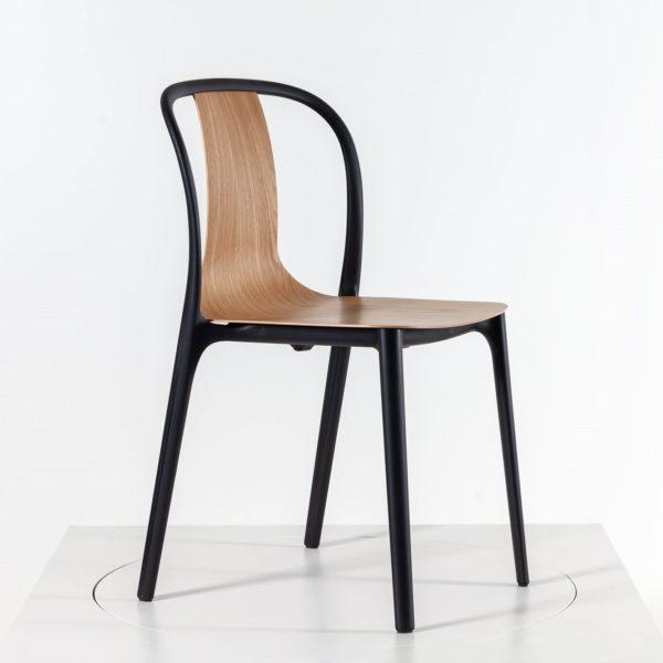 Vitra Belleville Chair Wood mit Holzschale aus Eiche bei feco in Karlsruhe und im feco Shop
