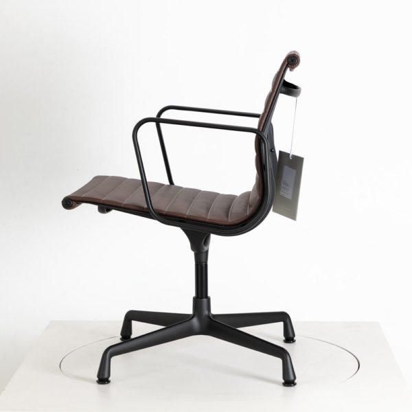 Vitra Alu Chair EA108│Leder│kastanie │drehbar│Vitra in Karlsruhe