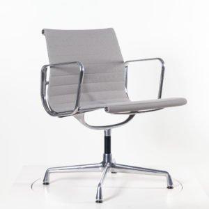 Vitra Eames Alu Chair EA108 hellgrau│drehbar│Vitra bei feco Karlsruhe