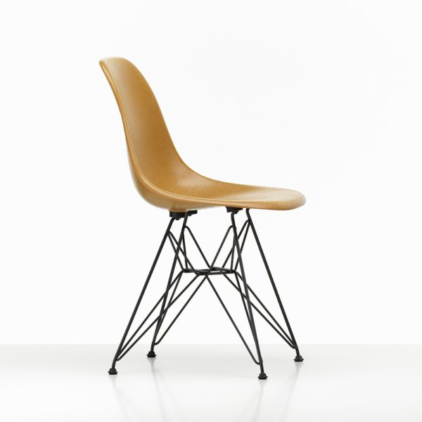 Vitra Winter Aktion bei feco Karlsruhe│Vitra Eames Fberglass Side Chair dark ochre