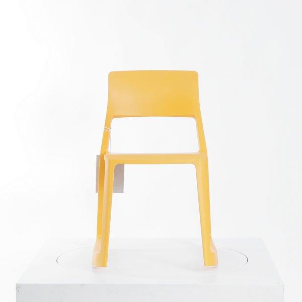 Vitra Tip Ton in mango│nach vorne neigbarer Vollkunststoffstuhl│Vitra in Karlsruhe