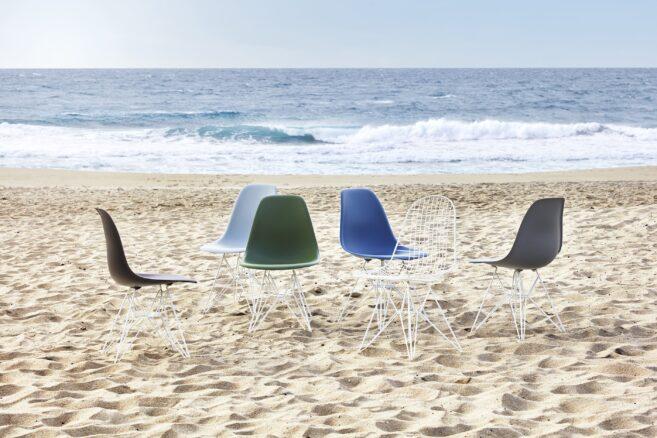 Die Vitra Eames Plastic Chairs und Wire Chairs eignen sich mit ungepolsterten Sitzschalen und pulverbeschichteten Untergestellen für den Einsatz im Freien. So bieten ihren angenehmen Sitzkomfort auch unter freiem Himmel.