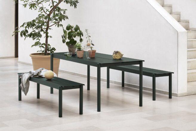 Linear Steel Tisch & Bank von Thomas Bentzen für Muuto verbinden skandinavisches Design mit zeitgemäßem und dennoch elegantem Flair. Die gefalteten Kanten erleichtern das Entfernen von Wasser.