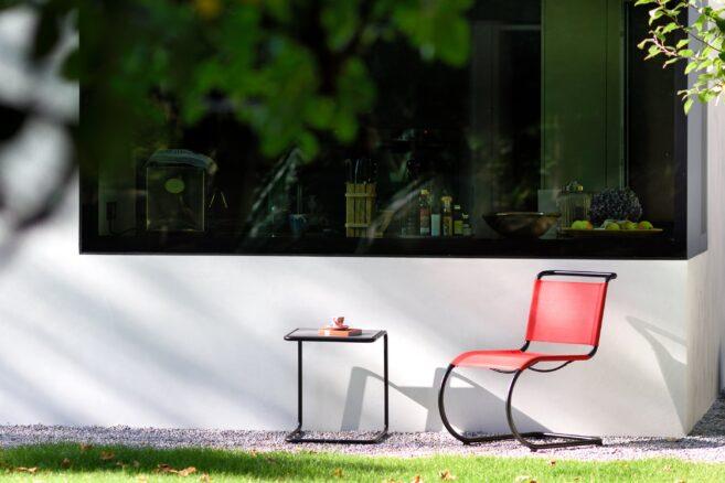 Ikonen aus der Bauhaus-Zeit für Thonet können sich nun bei jedem Wetter präsentieren. Die Stühle S 33 und S 34 von Mart Stam, der Beistelltisch B 9 und Loungesessel S 35 von Marcel Breuer sowie dem Freischwinger S 533 von Ludwig Mies van der Rohe werden so zu wetterbeständigen Begleitern.