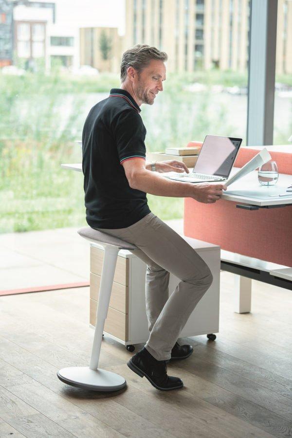 Sedus se:fit│Steh-Sitz-Hilfe│Hocker für den Schreibtisch│Sedus bei feco in Karlsruhe